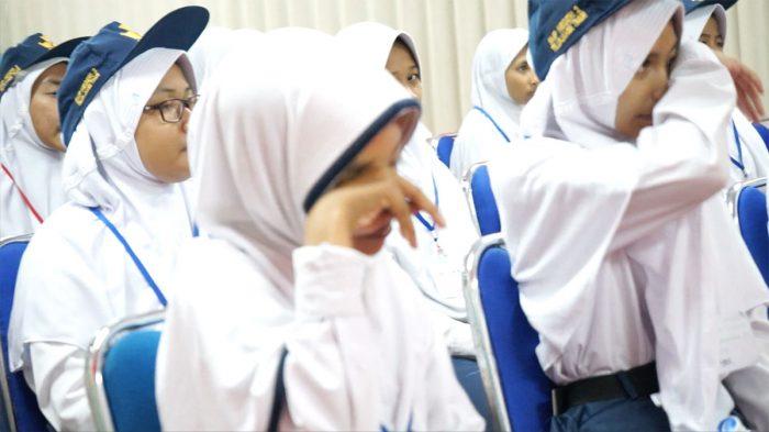 インドネシア高校生泣き出す